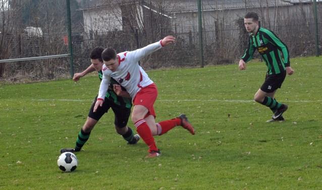 Mart Nuijen namens Vianen Vooruit in duel met een verdediger van Hapse Boys. (foto: Tom Oosthout)