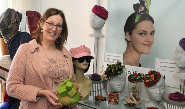 """Marjo Vingerhoed: """"In het ontwerpen en maken van hoeden kan ik mijn creativiteit kwijt."""" FOTO: LEON JANSSENS"""