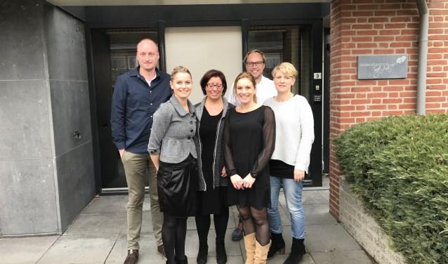 Quiet-bestuur Marcel van Dijk (penningmeester), Audry Hendrikx (bestuurslid), notaris Inge Arts, projectleider Simone Verhoeven-Bazelmans, Peter Spijkers (voorzitter) en Henrietta Pigmans (secretaris).