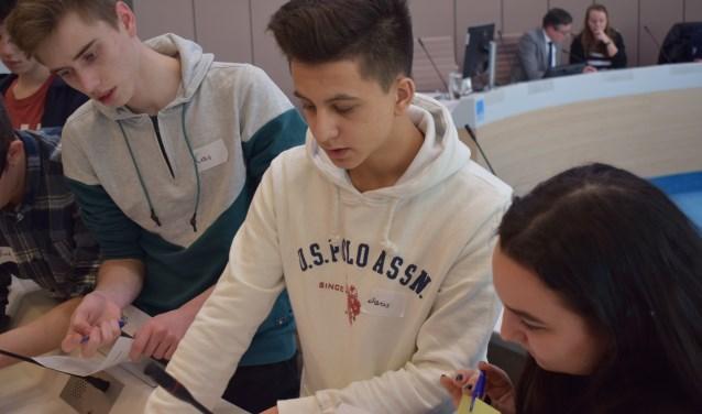 Overleg tussen de deelnemers aan het Lokaal Jeugddebat Ede.