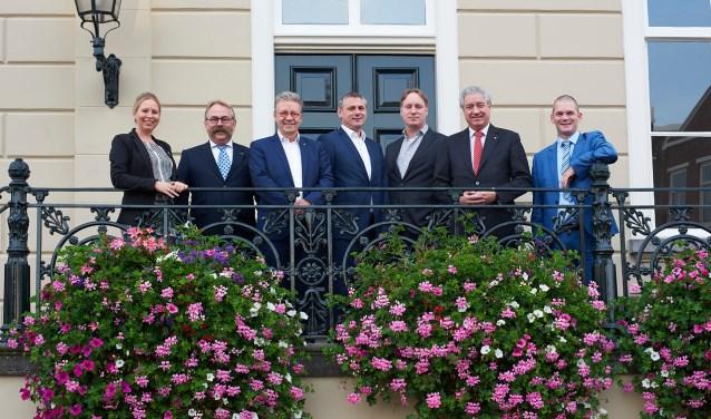 Het college van burgemeester en wethouders: V.l.n.r.: Saskia Schenk, Cees Lok, Hans Verbraak, Toine Theunis, Gemeentesecretaris Ruud Kleijnen, Burgemeester Jacques Niederer en Corné van Poppel.