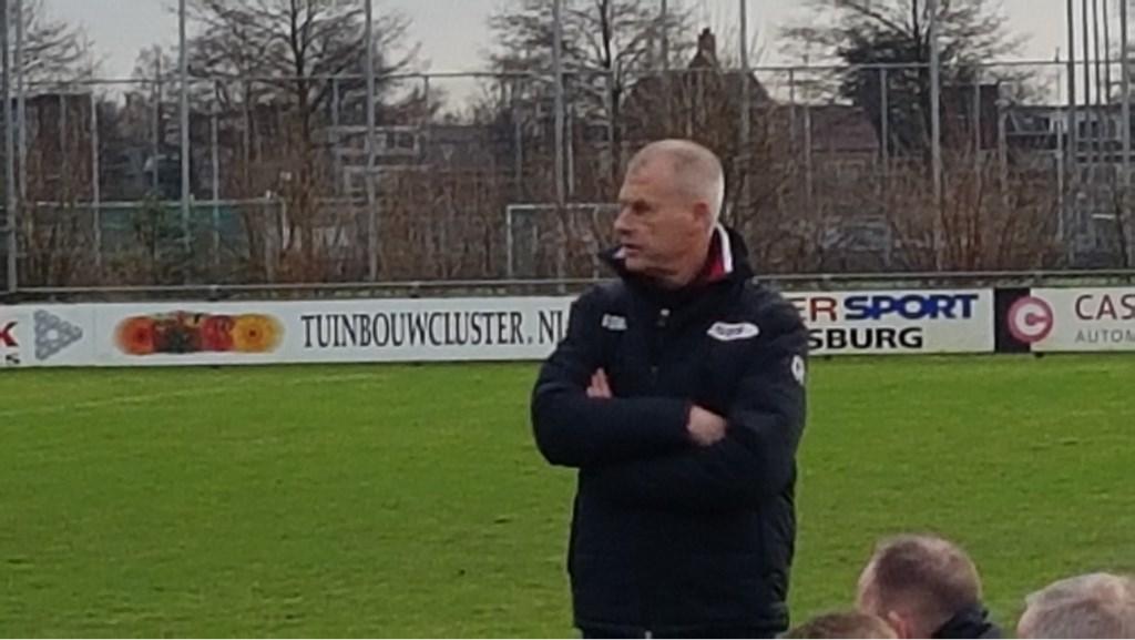 Trainer Henk Dirven van SSS kijkt bezorgd naar zijn ploe Foto: Bert Bos © Persgroep