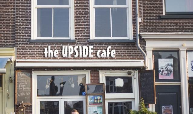 Drie van de toekomstige medewerkers voor het pand van the UPSIDE cafe in Delft: Manon, Rick, Lizzy  en eigenaar Melchior Breedijk