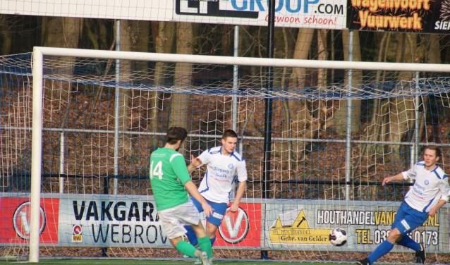 Arend Vinke houdt wekelijks de uitslagen van de voetbalteams uit Epe, Heerde en Hattem bij. Zie een archieffoto van WZC. (foto: Aad Eilander)