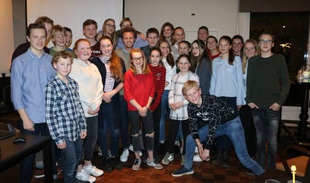 Tim Senders (midden, in trui) met de 'jonkies' die afgelopen week op bezoek waren bij Rotaryclub Zevenaar.