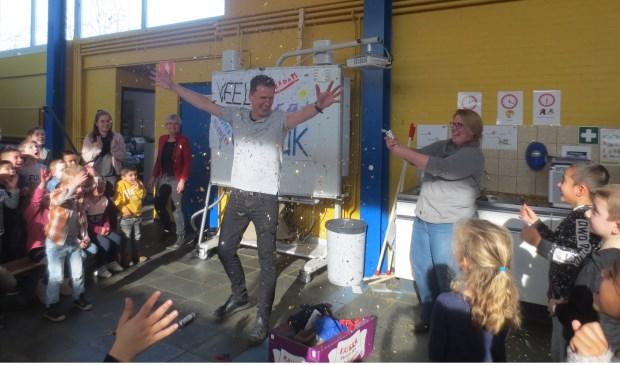 De leerkrachten en leerlingen gaven Kenneth Grasmeijer een gezellig afscheidsfeest. Eigen foto