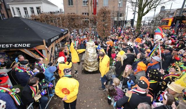 Het Helmonds carnaval begint pas echt nadat 'de kei' is opgegraven. Foto: Harrie van der Sanden.