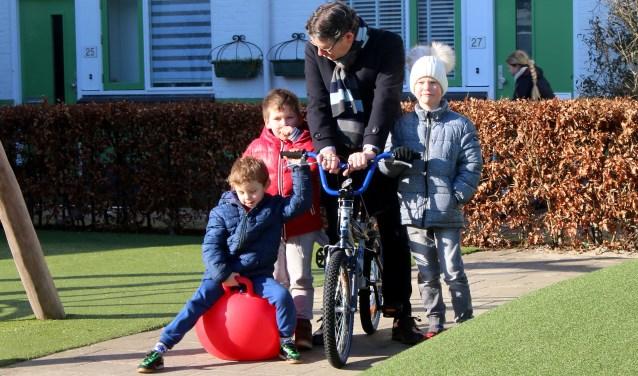 Samen_met_de_kinderen_heeft_wethouder_Van_Velzen_het_plein_geopen