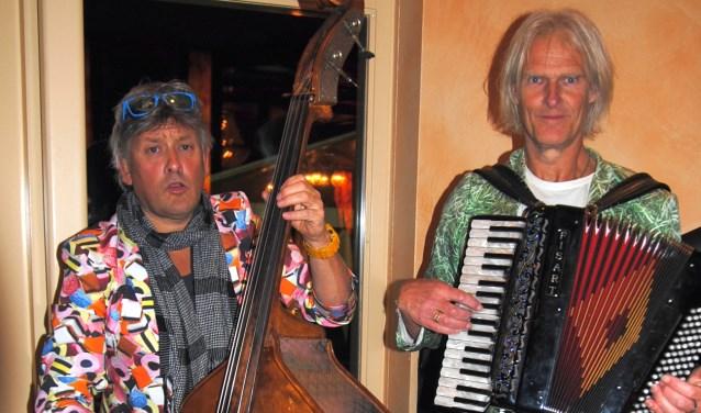 """""""Polonaises niet uitgesloten,"""" aldus het muzikale duo Toon en Toon dat op vrijdag 16 maart optreedt in het nieuwe Dorpstheater in De Lutte."""