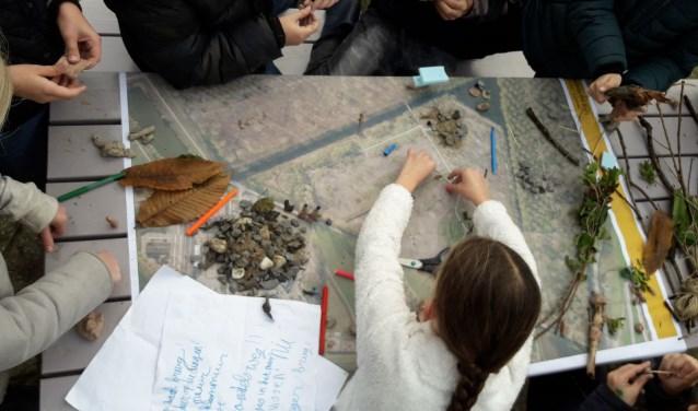 Leerlingen van IKC de Waterlelie werkten aan het Speelbos! Foto: L. Verhoeven @BoswachterLieke .