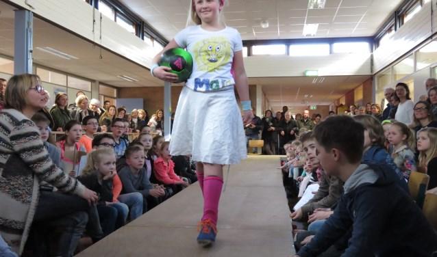Tijdens een modeshow lieten de leerlingen hun zelfgemaakte sport tenues zien aan ouders, opa's en oma's (foto Doriet Willemen).