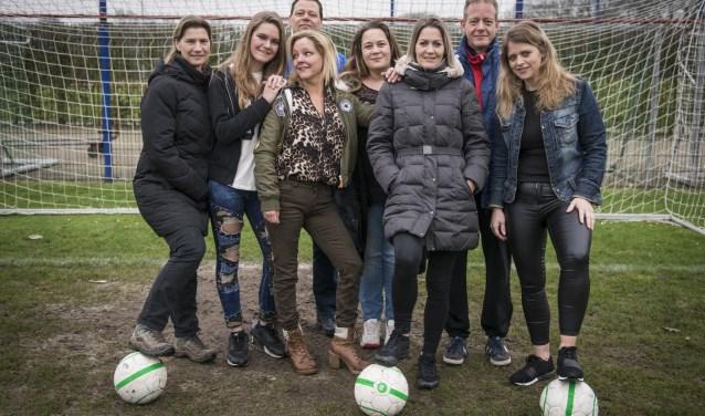 """""""Als je op het veld staat, wil je als team gewoon winnen"""", vertelt voorzitter Jan Willem Kanselaar van SV Hatert (linksachter). """"Ook de vereniging staat te popelen om deze ambitieuze voetbalsters naar de competitie te begeleiden."""" (foto: Jimmy Israël)"""