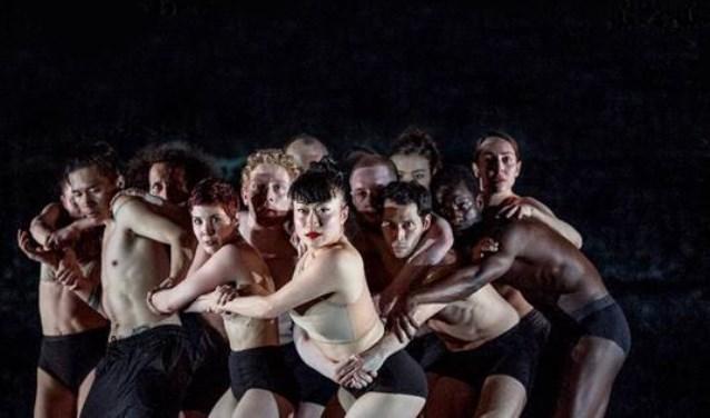 De hernieuwde versie van INSIDE OUT is daarom geen nostalgische terugblik, maar het resultaat van een vitaal nieuw creatieproces met andere dansers en ruimte voor nieuwe keuzes.