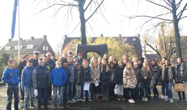 Leerlingen van groep 7 en 8 van de Margrietschool waren samen met burgemeester Van Rumund en enkele leden van de stichting Joods Erfgoed naar het monument aan de Walstraat gekomen. (foto: Diana Andeweg)