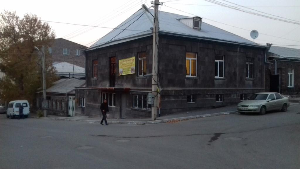 Straatzijde Alvan Tsarik Social-Educational Centre in Gyumri, Armenië.