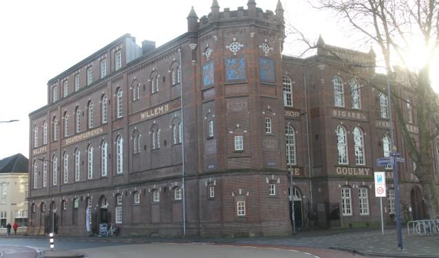 De voormalige 'sigarenburcht' van Goulmy en Baar. Het exterieur is markant vormgegeven als een bakstenen kasteel met kantelen met op de noordwesthoek een achtkantige traptoren. Tegenwoordig wordt de fabriek gebruikt als poppodium en kunstruimte.