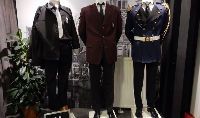 Rechts een van de oudste uniformen, in het midden het huidige uniform en links het nieuwe uniform van de Boxmeersche harmonie. (Eigen foto)