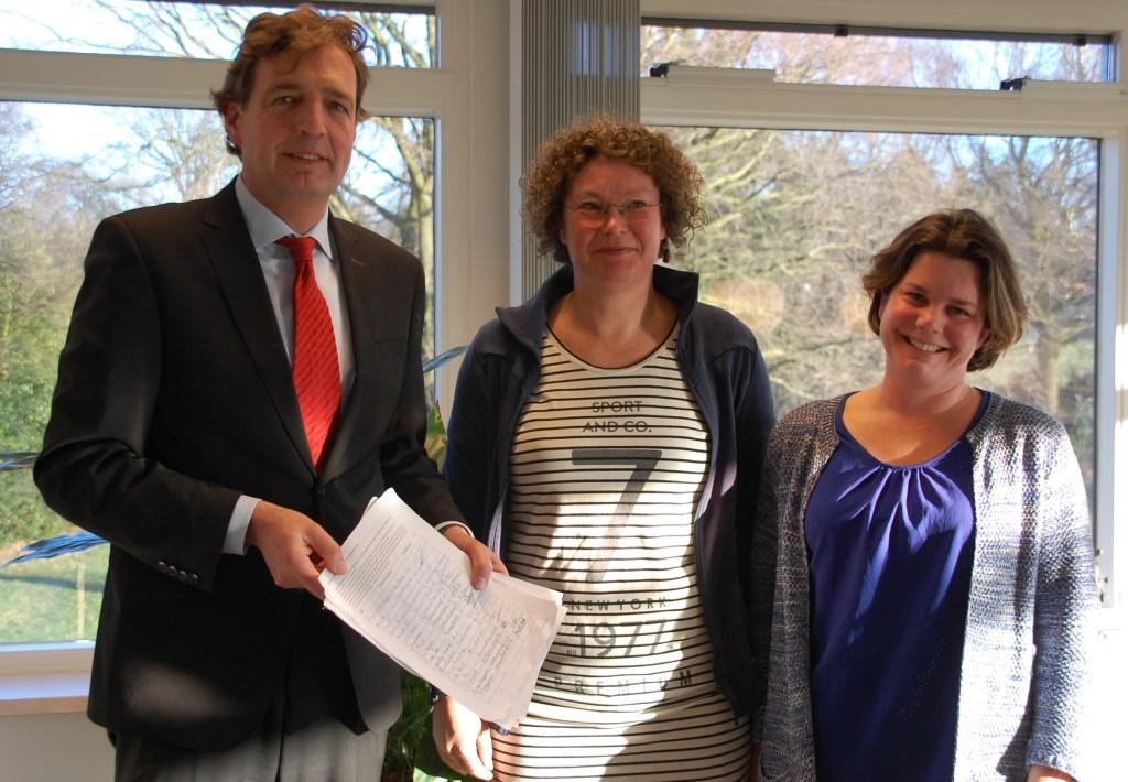 Sylvia en Marian hebben burgemeester Verhulst een petitie carbidschieten overhandigd.