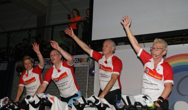Jan de Witte, tweede van rechts, trapt elk jaar een uurtje mee. (Foto: Peter Spek)