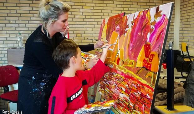 Met zichtbaar enthousiasme werkten de kinderen aan de kunstwerken. Eigen foto