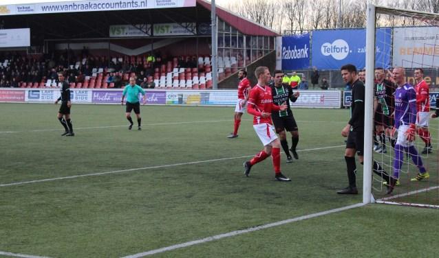 Na een snelle aanval op links en goede voorzet miste Leon Toonen (rood shirt) op een haar na de bal die hij bijna voor het inkoppen had. (Foto: Henk Jansen)