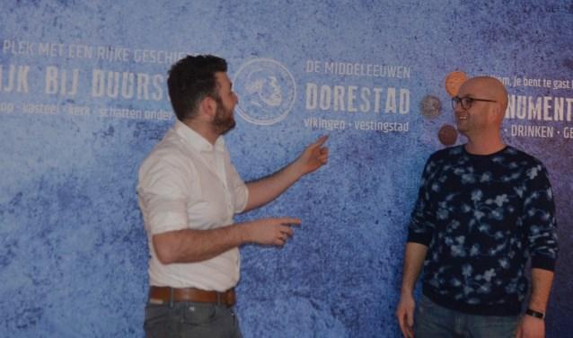 Mathijs Bouman (Florian) laat aan Michel Wortman (The Men's Club) zien dat hij bij de nieuwe inrichting van Florian al rekening heeft gehouden met het nieuwe beeldmerk
