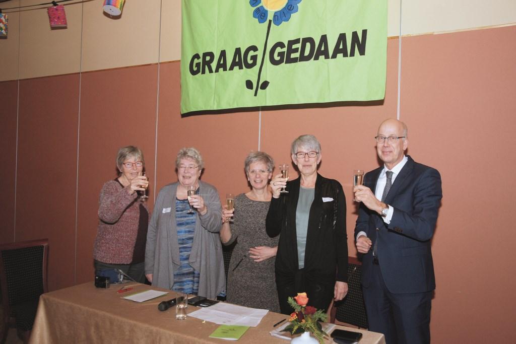 Proosten met burgemeester Arend van Hout (rechts) op het 40-jarig bestaan van Graag Gedaan. Verder op de foto (vlnr): Ada Oudkerk, Mirjam Derks, voorzitter Henriëtte Budel en Geessien Hofman.