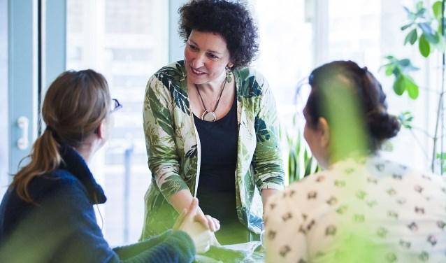 Monique in gesprek met bezoekers van THUIS. (foto: Esther Meijer)