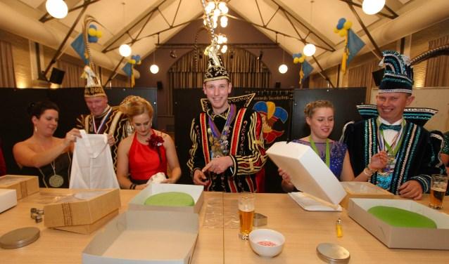 Prinsen carnaval uit de gemeente Lingewaard zijn druk bezig om taarten te versieren. De taarten worden weggegeven aan personen of groepen die veel voor de gemeenschap doen. (foto: Kirsten den Boef)