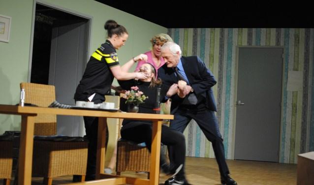 Dit jaar speelt de toneelvereniging het stuk 'Gen paniek'. Kaarten zijn zaterag 24 februari te koop in 't Uivernest.