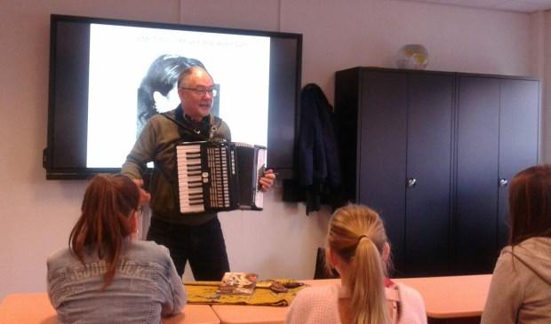 Peter Vervloed speelt voor de klas een deuntje op zijn accordeon. Eigen foto