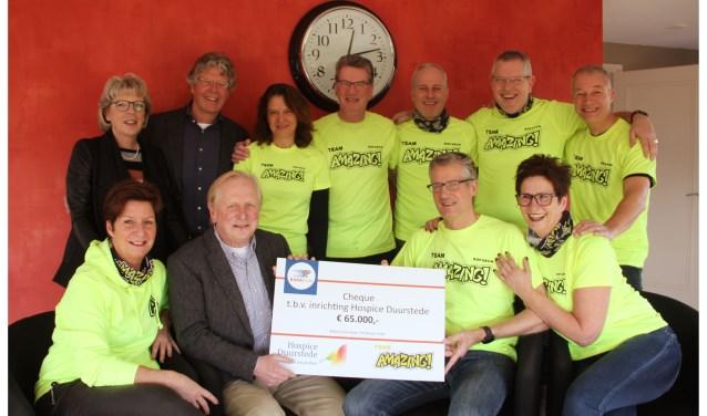Team AMAZING overhandigde namens de Stichting Roparun een cheque van 65.000 euro aan Hospice Duurstede. FOTO: Anton Rekke