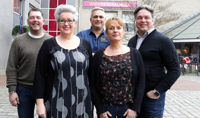 De SOK met (voor) Marienne van Dongen - wethouder, Marlies van Inzen - Theater De Schalm, (achter:) Frank Verspaandonk - voorzitter SOK, Paul Vredenberg - D'n Burgemister en Sjoert Bossers -Theater De Schalm. FOTO: Bert Jansen.