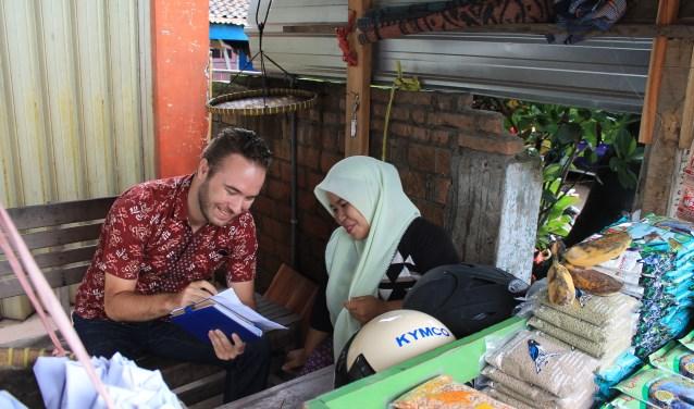 Nick Rensink geeft Fatmawati les in boekhoudkunde. De oud-IJzerloër wil met zijn stichting kansarmen op het Indonesische eiland Lombok een volwaardig bestaan bieden. Ten bate van zijn werk heeft in IJzerlo een benefietconcert plaats. (Foto: Yayasan Harapan Baru Lombok Indonesia)