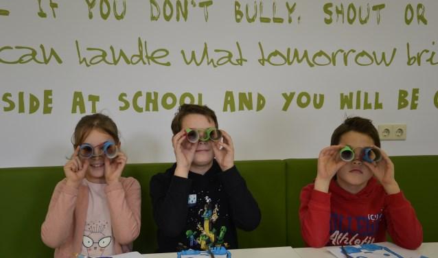 Foto: Leerlingen van KC DE Hobbit met een eigen kijk op 'hé oog vur mekaar'. Ze dragen tijdens de optocht hoofdbandjes waarop staat:'25 jaar hé oog voor elkaar', een knipoog naar het 25-jarig jubileum.