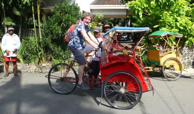 Omdat ik fietskoerier ben, vraag ik de de oude man die met verve de fietstaxi rijdt of ik ook een stukje mag rijden op zijn fiets.