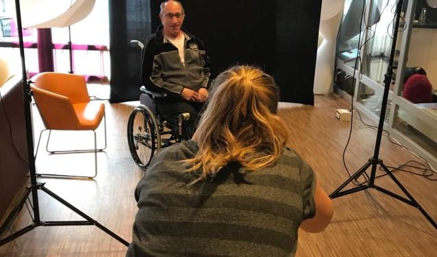 Bewoners kunnen bij Linda Vogel aangeven hoe en met wie zij het liefst op de foto gaan. (Foto: Argos)