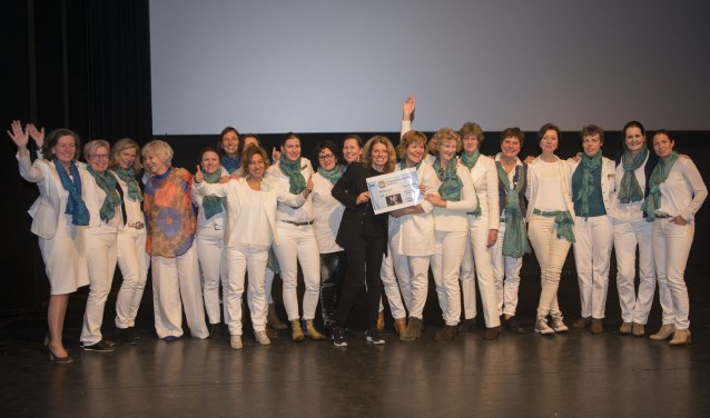 Na afloop van de laatste voorstelling werd het eindbedrag bekend gemaakt en kreeg Pamela Sturhoofd een cheque van 7.000,= euro aangeboden. (foto Fokke P. de Boer)
