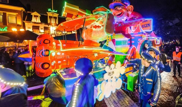 Verlichte praalwagens maar ook loopgroepen groot en klein, muziek en nog veel meer trekken door de binnenstad en zorgen voor een spetterende lichtparade. Foto: Christiaan van der Meij