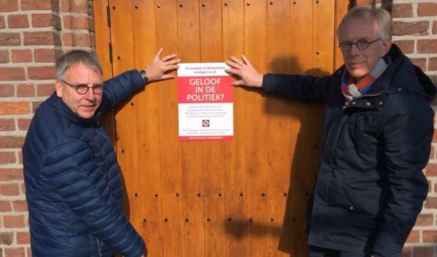 De predikanten Janssen (links) en Gaastra vragen aandacht voor de debatavond 'Geloof in de politiek?' op 19 februari.in Neede.
