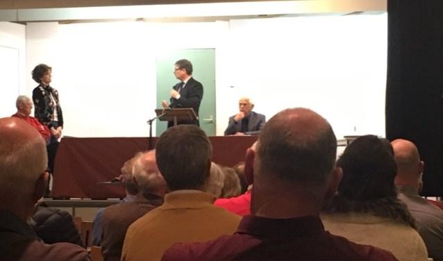 V.l.n.r: bestuurslid Pim Boer, voorzitter Ria de Groot, wethouder Kees van Velzen en secretaris Jacques Booij, klaar om het debat te leiden van Boskoop-west in De Loods.