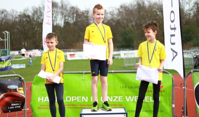 Alle jeugdige deelnemers krijgen een medaille. De estafetteteams krijgen na afloop van de wedstrijd een teamfoto overhandigd. (foto: Nathan Posthumus)