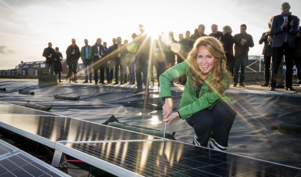 Helga van Leur, ambassadeur van weer, klimaat, duurzaamheid, schroeft het laatste zonnepaneel nog even vast. Foto: Cees van der Wal