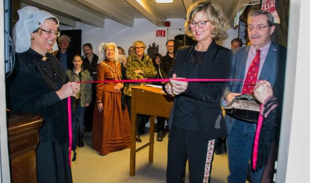 Burgemeester Ada Grootenboer-Dubbelman krijgt de eer om de VR-ruimte te openen. FOTO: Sam Fish