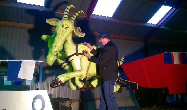De politie droeg de vermiste bokken zaterdag over aan de verontruste carnavalsvereniging (eigen foto).