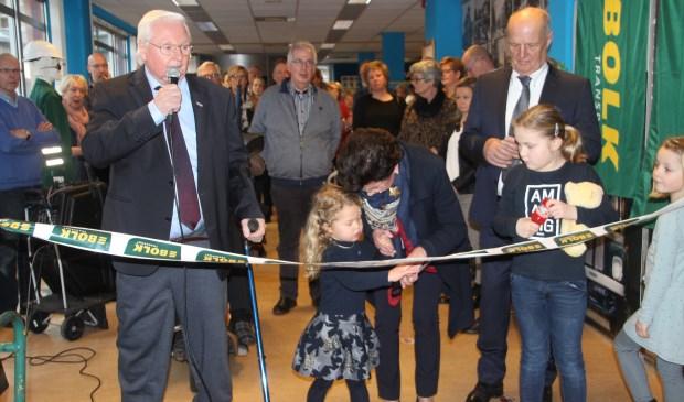 Kleindochter Suus mocht het lint door knippen waarmee de fraaie expositie over het meer dan tachtigjarige familiebedrijf werd geopend