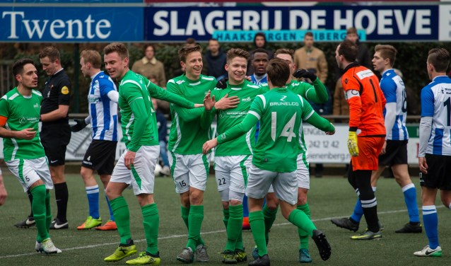 Sjoerd Visschedijk (midden) ontvangt de felicitaties na de 2-0. Foto: Wim Busschers.