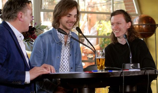 Kristian Strik (rechts) bij het Nieuwscafé van De Gelderlander met zanger Stefan Kollee (midden) en verslaggever Herman Wissink. (foto: Tom Oosthout)