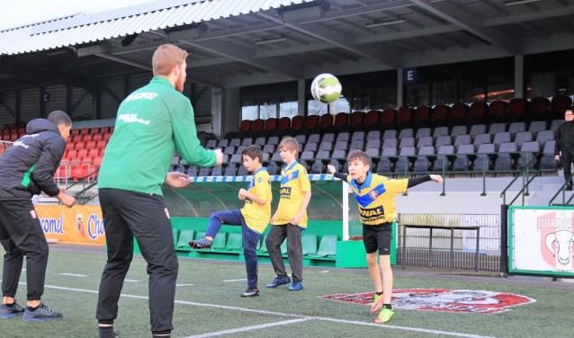 Selectiespelers van FC Dordrecht tijdens de clinic met de kinderen. (foto: pr)