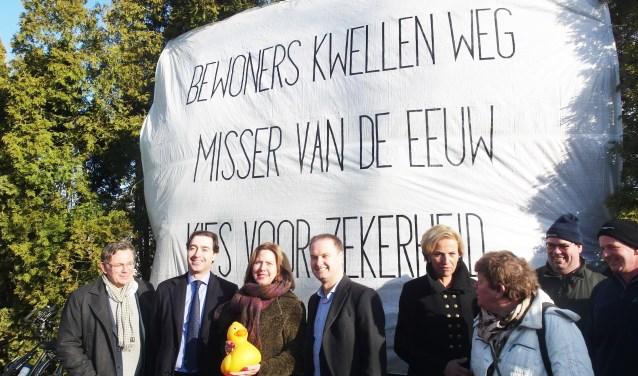 Minister van Nieuwenhuizen (derde van links) nam tijdens haar bezoek aan Varik alle tijd om zich ter plekke goed te laten informeren over de hoogwatergeul. Ze neemt zo snel mogelijk een beslissing. (Foto: Bert Leenders)